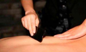 De foto toont een Gua Sha behandeling als onderdeel van de traditionele Chinese geneeskunde
